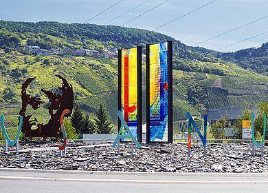 Kunstwerk an der Mosel: Der Cusanuskreisel am Ortseingang von Bernkastel-Kues.