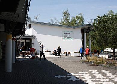 Freizeitmöglichkeiten im Mosel-Urlaub: Das Kurgastzentrum in Bernkastel-Kues bietet verschiedene Möglichkeiten an. Zu sehen ist die Hausansicht des Gebäudes.