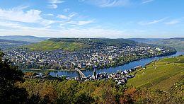 Die Weinkulturlandschaft Mosel. Zu sehen ist die Weinstadt Bernkastel-Kues; im Hintergrund Weinberge.