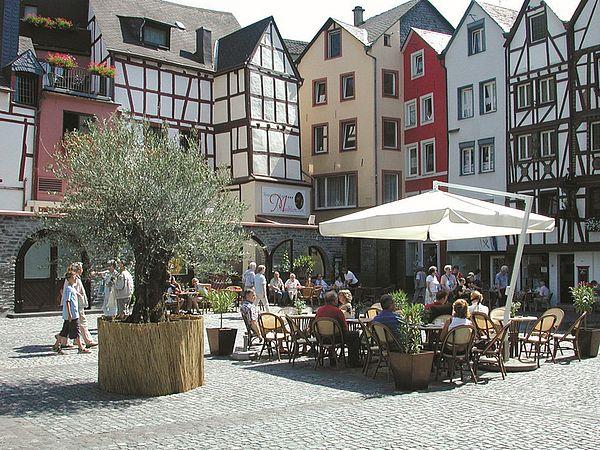Ein attraktives Ziel an der Mosel ist Bernkastel-Kues mit der historischen Altstadt. Der zentrale Karlsbaderplatz lädt zum Verweilen ein.