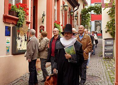 Die Themenführung Doctor-Wein-Tour in Bernkastel-Kues an der Mosel führt durch die verwinkelten Gassen der Altstadt.