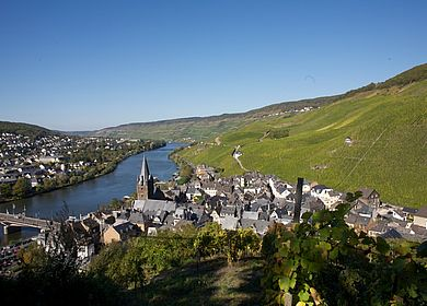 Die Moselstadt Bernkastel-Kues, inmitten der Weinberge
