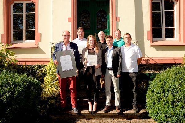 Gruppenbild mit Dame nach der Verleihung der besten Weingastgeber: Albert Kemmer (Kemmer`s Panorama Hotel); Ralf Horstmann (Burgblickhotel); Udo Thul (Hotel zum Anker); Markus Reis (Zeltinger Hof); Katharina Loersch (Gutsauschank Hower); Jörg Lautwein (Wein- und Ferienregion Bernkastel-Kues); Emil Poglodzinski (Weinhaus Hilmes)