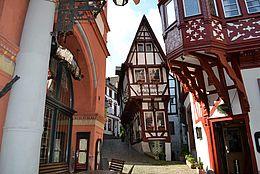 Beliebte Sehenswürdigkeit an der Mosel: Das Spitzhäuschen auf dem historischen Marktplatz in Bernkastel-Kues.
