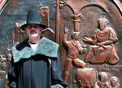 Ein Gästeführer der Stadt Bernkastel-Kues, gewandet als Bernkasteler Doctor.