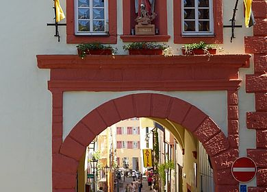 Im Urlaub an der Mosel Bauwerke besichtigen: Das Graacher Tor in Bernkastel-Kues.