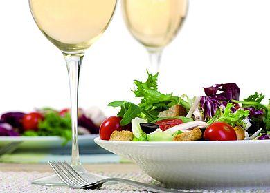 Ein moselländisches Menü: Ein Salatteller in Kombination mit einem Glas Moselwein.